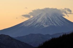 柳沢峠から富士山を望むの写真素材 [FYI03138128]