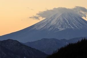 柳沢峠から富士山を望むの写真素材 [FYI03138129]