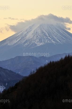 柳沢峠から富士山を望むの写真素材 [FYI03138130]