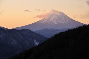 柳沢峠から富士山を望むの写真素材 [FYI03138133]