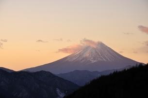 柳沢峠から富士山を望むの写真素材 [FYI03138134]