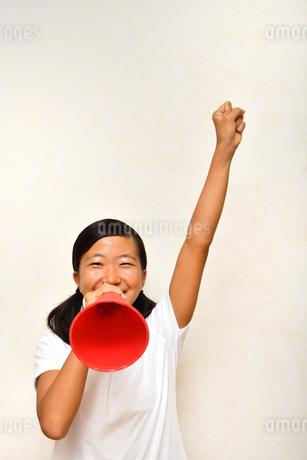 メガホンで応援する女の子の写真素材 [FYI03138260]