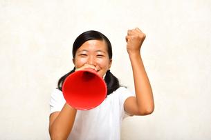 メガホンで応援する女の子の写真素材 [FYI03138263]