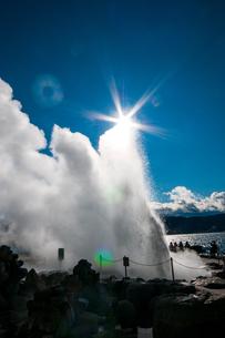 諏訪湖間欠泉センター間欠泉の噴出の写真素材 [FYI03138337]