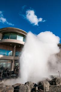 諏訪湖間欠泉センター間欠泉の噴出の写真素材 [FYI03138340]