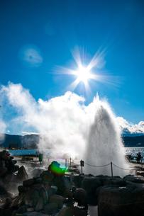 諏訪湖間欠泉センター間欠泉の噴出の写真素材 [FYI03138348]