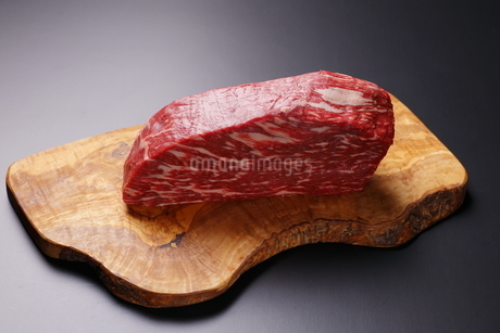 牛肉ブロックの写真素材 [FYI03138361]