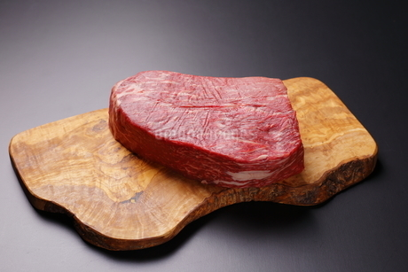 牛肉ブロックの写真素材 [FYI03138362]