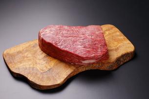 牛肉ブロックの写真素材 [FYI03138363]