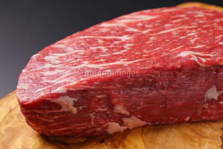 牛肉ブロックのアップの写真素材 [FYI03138364]