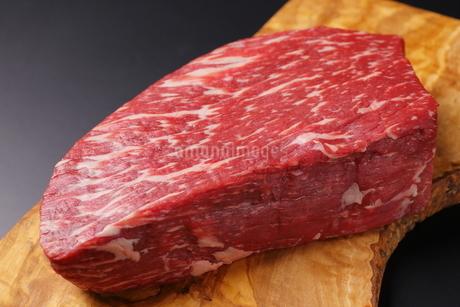 牛肉ブロックのアップの写真素材 [FYI03138365]