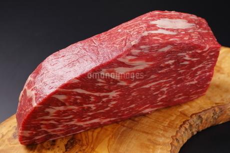 牛肉ブロックのアップの写真素材 [FYI03138366]