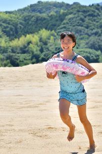 海水浴を楽しむ女の子の写真素材 [FYI03138443]