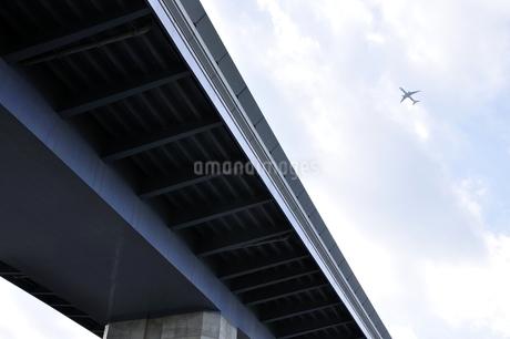 東京港臨海道路と飛行機の写真素材 [FYI03138566]