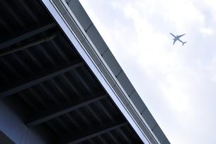 東京港臨海道路と飛行機の写真素材 [FYI03138567]