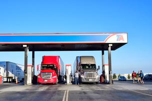 カリフォルニア州のトラックステーションのガソリンスタンドの写真素材 [FYI03138749]