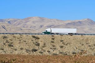 フリーウェイを行くトラックの写真素材 [FYI03138786]
