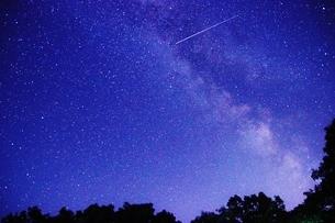 那須高原から見えた天の川と流れ星の写真素材 [FYI03138924]