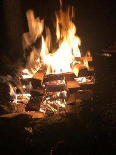 キャンプ 炎 焚き火の写真素材 [FYI03139205]
