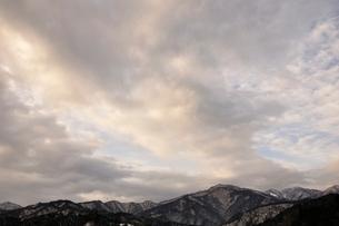 雲広がる湖の写真素材 [FYI03139258]