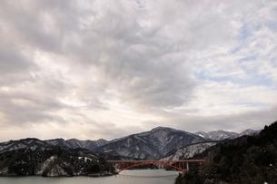 雲広がる湖の写真素材 [FYI03139259]