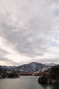 雲広がる湖の写真素材 [FYI03139260]