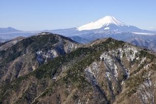 鍋割山から富士山の山並みの写真素材 [FYI03139322]