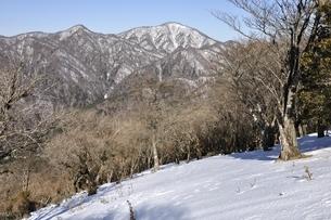 雪の鍋割山と檜洞丸の写真素材 [FYI03139345]