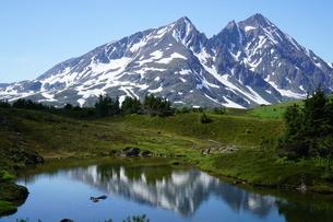 鏡の湖と雪山 アラスカ Seward アメリカ 22の写真素材 [FYI03139397]