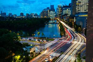 東京ミッドタウン日比谷テラスより夕景の日比谷・丸の内・大手町と流れる光線の写真素材 [FYI03139400]