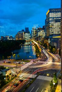 東京ミッドタウン日比谷テラスより光の線と日比谷・丸の内・大手町夕景の写真素材 [FYI03139453]