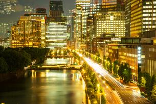 東京ミッドタウン日比谷テラスより丸の内・大手町夜景の写真素材 [FYI03139520]