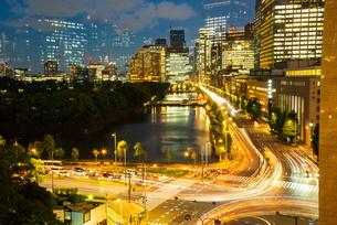 東京ミッドタウン日比谷テラスより日比谷・丸の内・大手町方面夜景の写真素材 [FYI03139544]