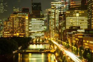 東京ミッドタウン日比谷テラスより丸の内・大手町都会の夜景の写真素材 [FYI03139590]