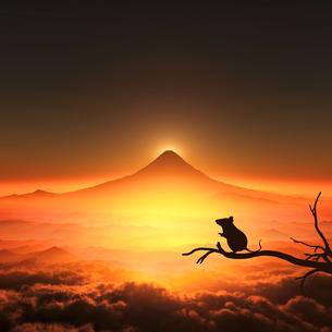 富士山の日の出とネズミのシルエットの写真素材 [FYI03139596]
