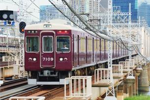 鉄橋を渡る阪急電車の写真素材 [FYI03139834]