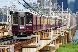 鉄橋を渡る阪急電車の写真素材 [FYI03139835]