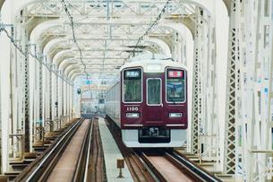鉄橋を渡る阪急電車の写真素材 [FYI03139836]
