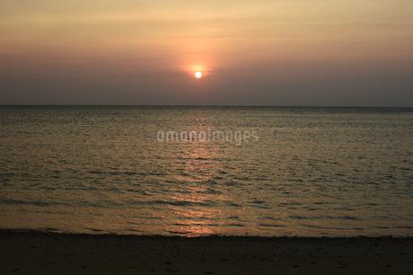 オレンジ色の夕日と海の写真素材 [FYI03139919]