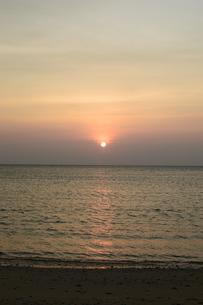 オレンジ色の夕日と海の写真素材 [FYI03139921]