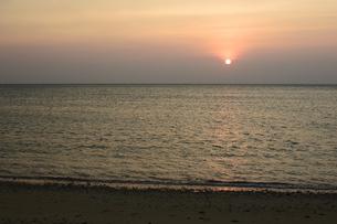 オレンジ色の夕日と海の写真素材 [FYI03139922]