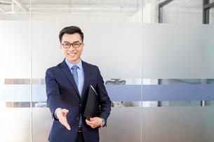 握手をするビジネスマンの写真素材 [FYI03139936]