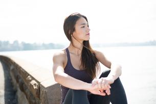 水辺に座っている女性の写真素材 [FYI03140229]