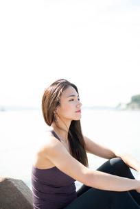 水辺に座っている女性の写真素材 [FYI03140230]