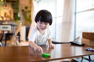 折り紙で遊ぶ男の子の写真素材 [FYI03140553]