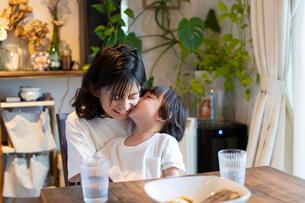 小学生の姉にキスをする小さな男の子の写真素材 [FYI03140590]