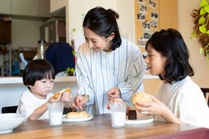 食べ物を食べる子供たちと母親の写真素材 [FYI03140623]