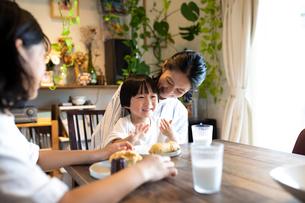 おやつを食べる子供たちと母親の写真素材 [FYI03140641]