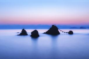 三重県・伊勢市 夫婦岩の夜明けの写真素材 [FYI03140810]