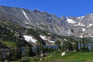 米コロラド州ロッキーマウンテン山岳部樹木下界線付近の湖の風景の写真素材 [FYI03140949]